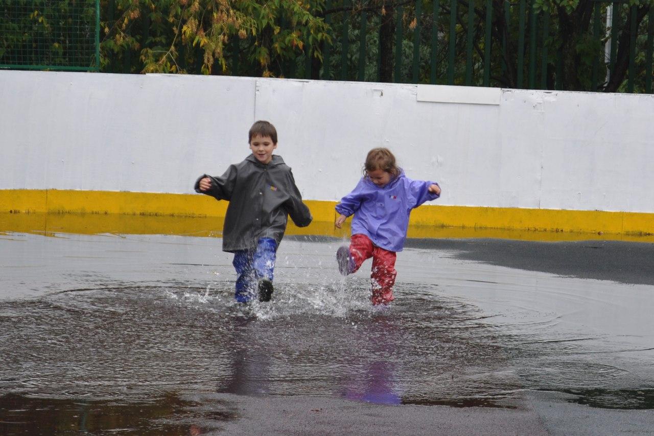 Девочки голые гуляют под дождем фото 613-916