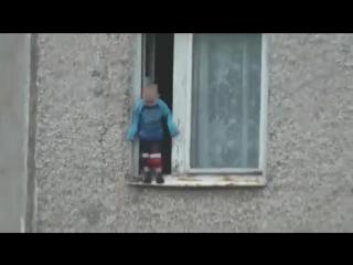 Очевидец заснял ребенка, гуляющего по подоконнику на 8 этаже