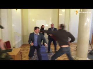 Депутаты Соболев и Ивченко устроили кровавый кулачный бой прямо в парламенте