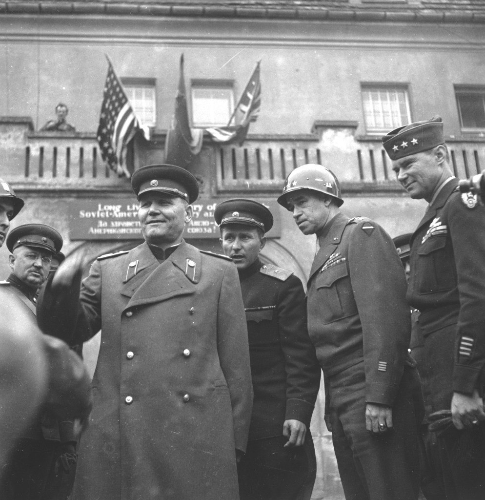 Встреча советского командующего 1-м Украинским фронтом маршала Ивана Степановича Конева с командующим 12-й армейской группой американских войск генералом Омаром Брэдли