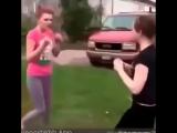девочка ударила подругу лопатой по голове во время драки!