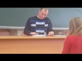 Преподаватель проверяет лекции,чтоб другие с этим конспектом не подходили, т.к. конспект лекций был допуском к экзамену/зачету
