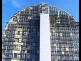 В Первоуральске тестируют гигантский медиаэкран. Он расположен на фасаде Инновационного культурного центра.