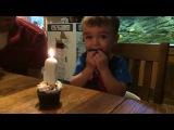 Изобретательный папашка помог сыну задуть свечку на пирожном