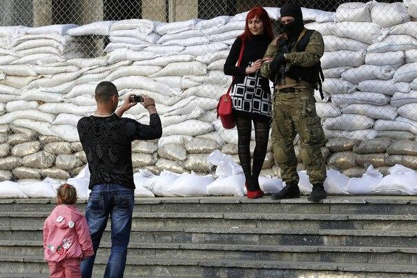 Жительница Славянска фотографируется со сторонником федерализации рядом с баррикадами у здания городской администрации города