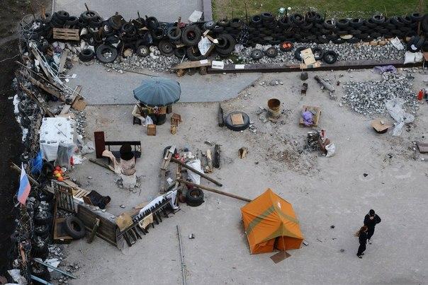 Баррикады у здания областной государственной администрации города Донецка.