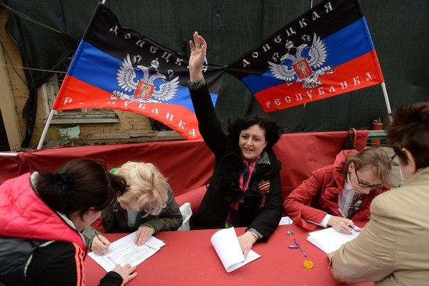 Жители Донбасса голосуют на референдуме о статусе Донецкой народной республики на избирательном участке в Москве