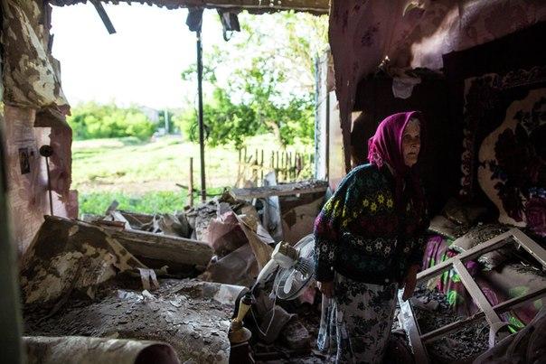 80-летняя жительница села Семеновка под Славянском в доме, разрушенном в результате попадания снаряда во время ночного артобстрела украинскими силовиками