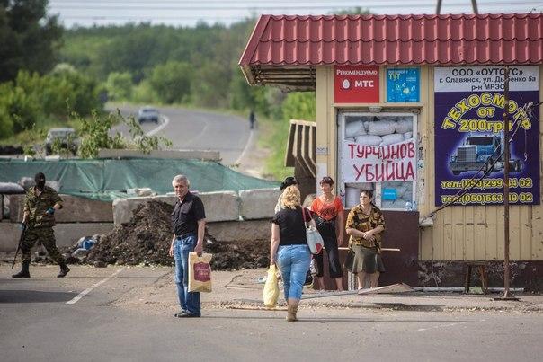 Местные жители в ожидании попутных машин у блокпоста ополченцев в поселке Семеновка