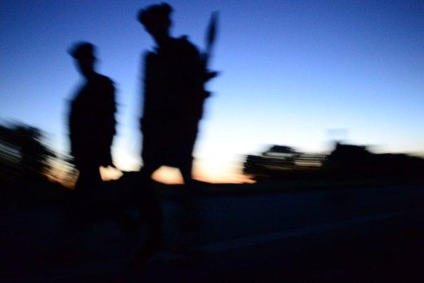 Бойцы ополчения Луганской народной республики на окраине Луганска после артиллерийского обстрела поселка Металлист