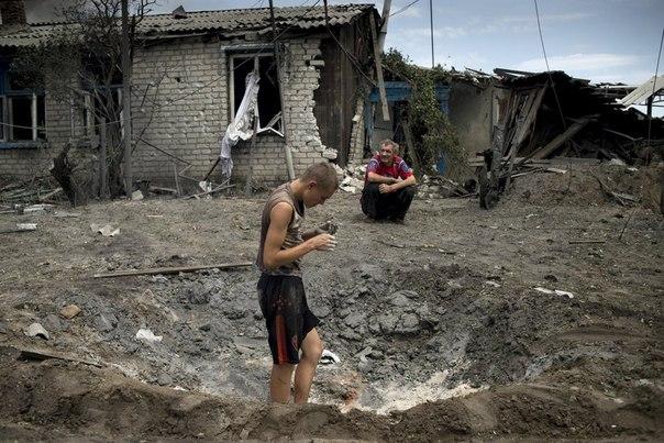Жители станицы Луганская, подвергшейся авиационному удару вооруженных сил Украины