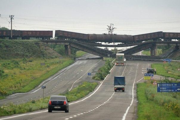 Взорванный железнодорожный мост в районе Новобахмутовки Донецкая область