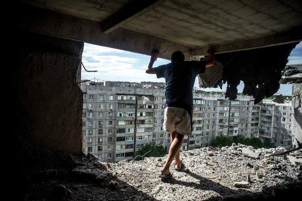 В жилом доме, пострадавшем от артиллерийского обстрела квартала Мирный в Луганске