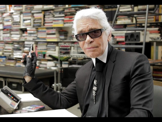 Karl Lagerfeld se dessine !