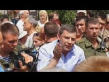 Захарченко на костылях успокаивает митинг в Донецке
