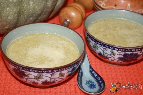Тыквенный суп с луком пореем и пармезаном Нежный, бархатистый, тягучий и ароматный тыквенный суп с луком пореем и пармезаном! Сейчас сезон рыжей красавицы - тыквы, у нее такой осенний аромат и вкус! Я предлагаю воспользоваться моментом и приготовить из тыквы полезные и вкусные супы, вот этот как раз один из таких! Сливки и пармезан делают вкус супа очень нежным.
