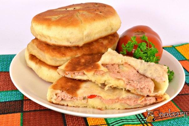 Дрожжевые лепешки с мясом на сковороде Дрожжевые лепешки с мясом на сковороде - очень вкусные, с сочной мясной начинкой лепешки, которые можно быстро приготовить на завтрак, ужин или для перекуса. Дрожжевое тесто для лепешек готовится буквально за 10 минут. Попробуйте!