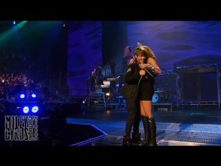 Выступление с песней «Overboard» на концерте Джастина Бибера — 2011 год