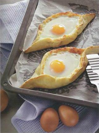 Фото рецепта: Аджарские хачапури с яйцом