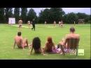 Бунтарь на поле для крикета для нудистов