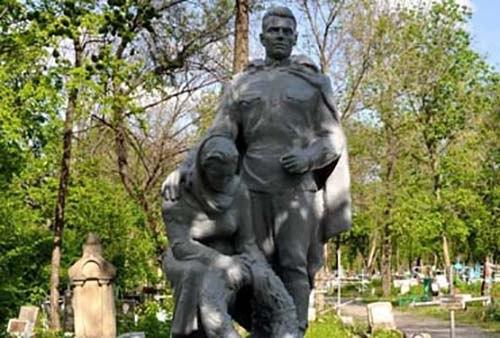Сотрудники Сбербанка восстановили памятники, посвященные Великой Отечественной войне