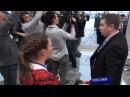Ведущая России-24 Ольга Скабеева в лапах охраны Порошенко