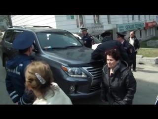 1 мая во Владивостоке депутат Заксобрания от партии Единая Россия Артуш Хачатрян пытался протаранить колонну демонстрантов.