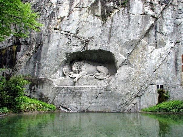 Знаменитый во всём мире памятник Люцерна (Швейцария) — Умирающий лев. Он был высечен в скале в память швейцарцев, героически павших в 1792 году в битве при Тюильри. Американский писатель Марк Твен назвал эту скульптуру самым печальным и трогательным изваянием из камня.