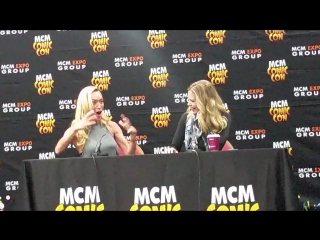 Виктория и Кристин говорят о Лане и Кристин на конвенции «MCM Comic Con» (2015).