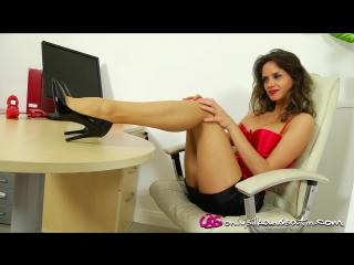 Длинноногая девушка в телесном чулках на видео фото 554-593