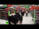 Auch in England Protestwelle der Landwirte Demonstranten bringen Kühe mit in Supermarkt
