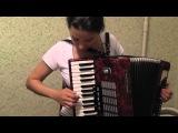 Симпотная девка даёт урок игры на аккордеоне