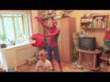 Spiderman piñata Angry Birds! Человек паук принес пиньяту Angry Birds на день рождения.