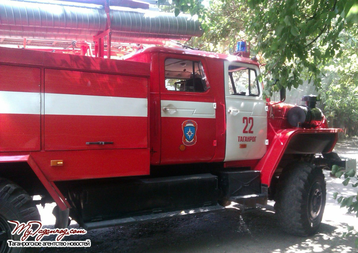 В Таганроге сгорел гараж с деревянной мансардой