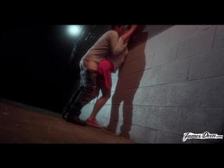 Видео трахнул девушку в черном переулоке фото 217-39