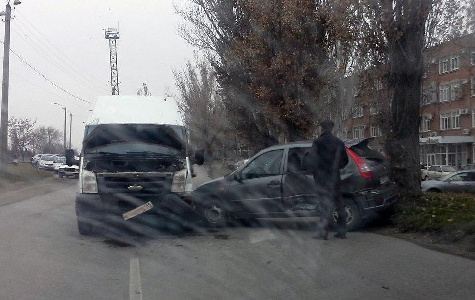 В Таганроге на объездной «Красного Котельщика» столкнулись микроавтобус Ford и Lada Kalina