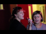 Девчонки поют песню