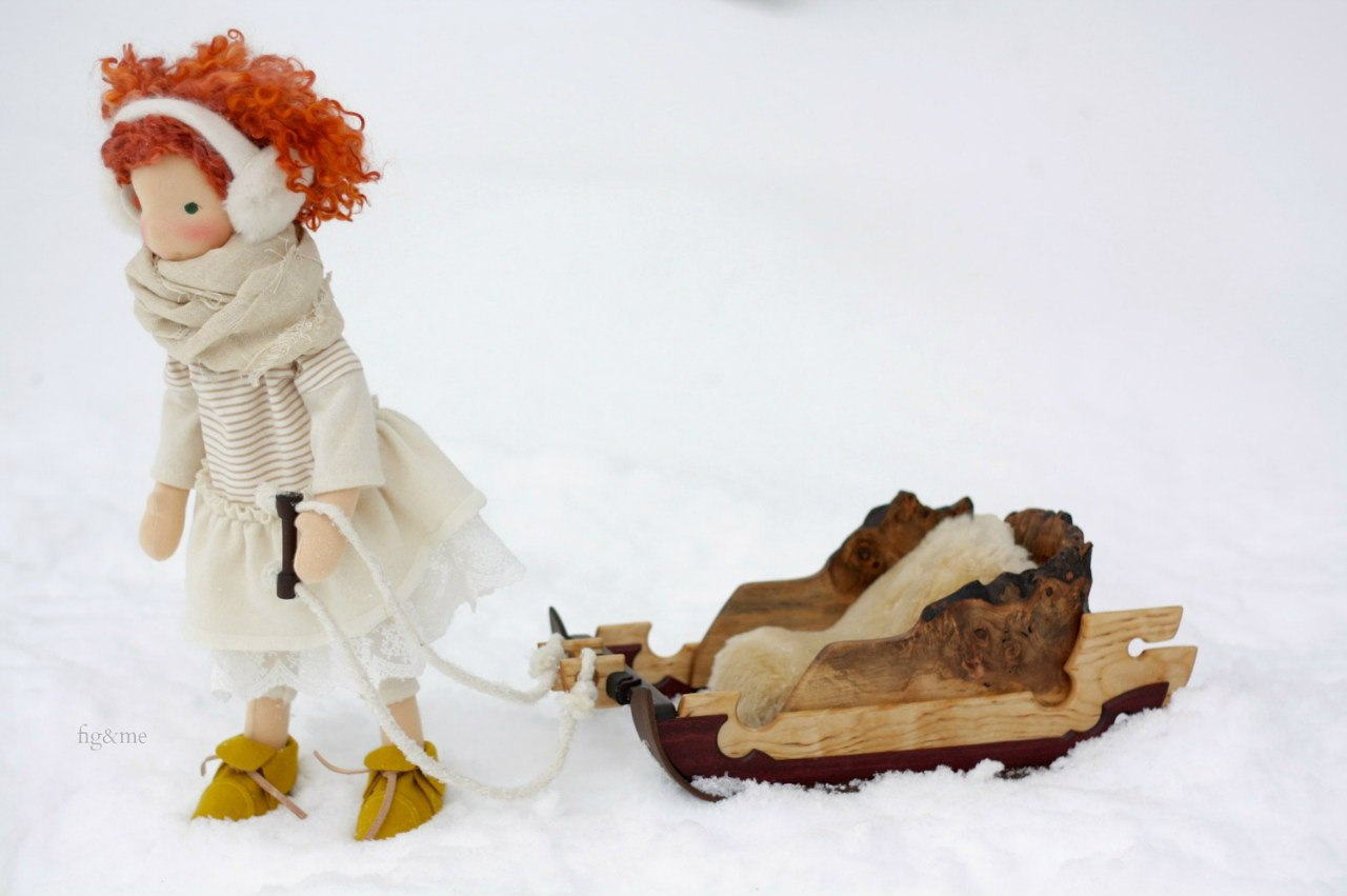 кукла с санками