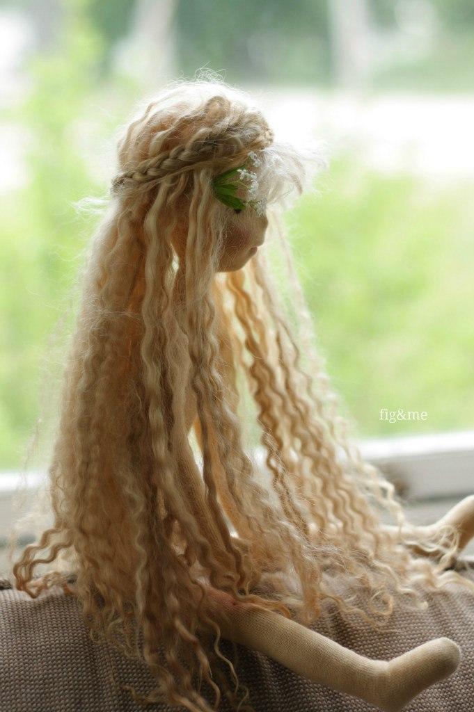 кукла с длинными волосами