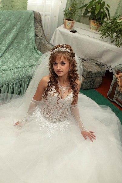 Продам весільну сукню.Стан відмінний.Розмір регулюється.На