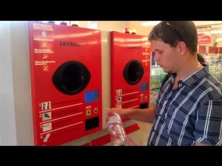 Вторичная переработка бутылок в магазине Германии.