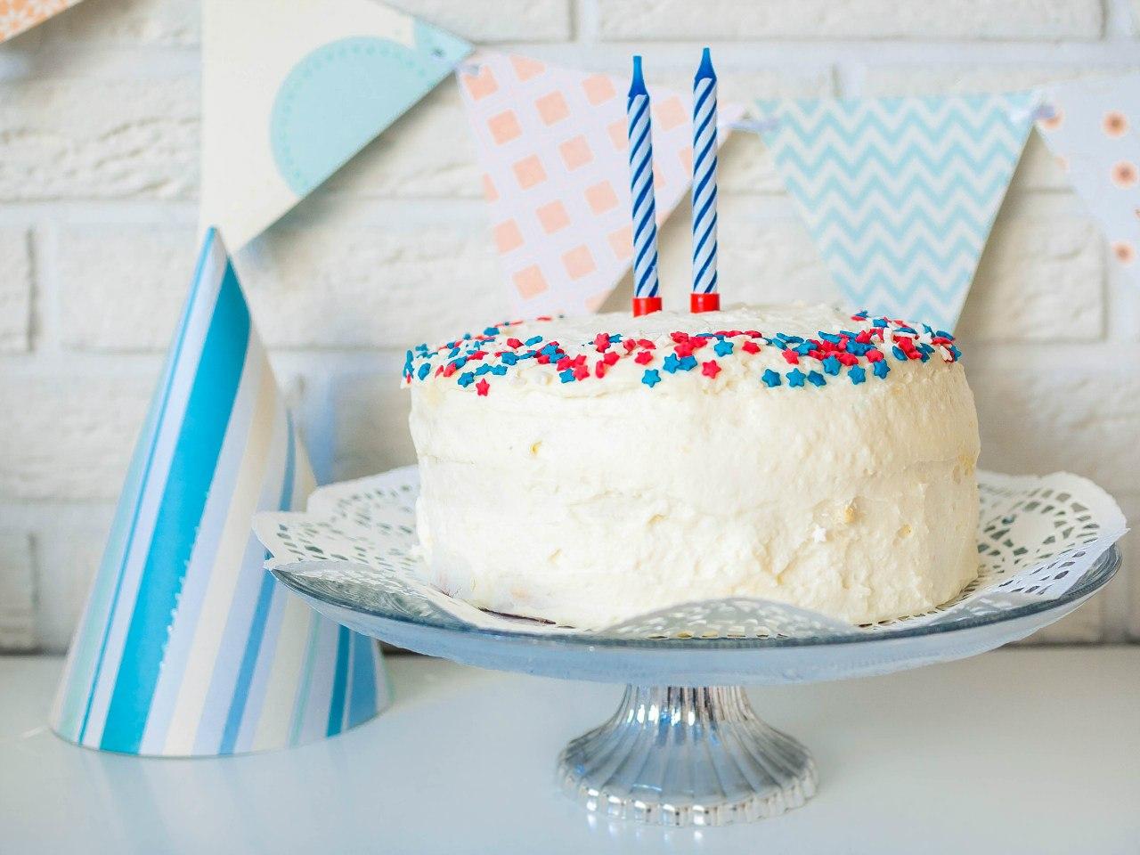белый Бисквитный торт на детский день рождения