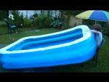 Данька надувает бассейн:))))