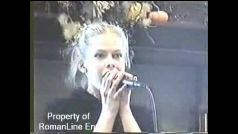 Young Avril Lavigne performance @ bookstore (2001)