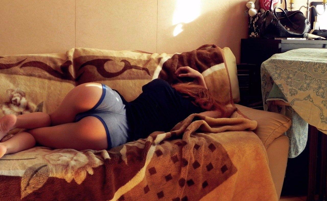 Тетя сосет пока спит, Тетка сосет член у спящего племянника, разбудила для 17 фотография