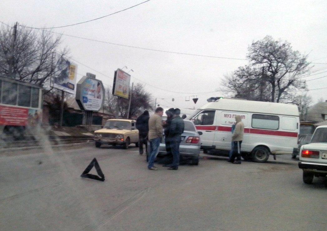 В Таганроге водитель скорой спровоцировал тройное ДТП