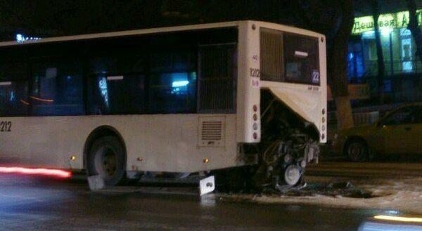 Вчера вечером в Ростове у пассажирского автобуса на полном ходу выпал и загорелся двигатель