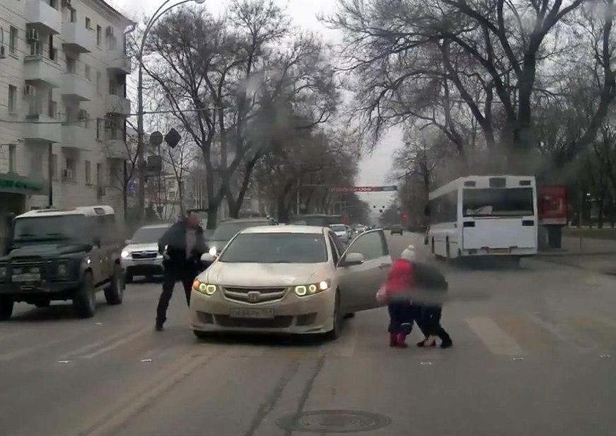 В Ростове на Большой Садовой водитель «Хонды», выехав на встречку через две сплошные, сбил мать с маленьким ребенком