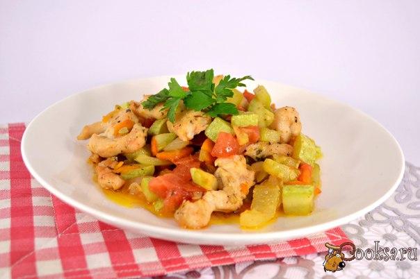 Соте из овощей с курицей Соте из овощей с курицей - простое, но в тоже время необычайно вкусное блюдо для разнообразия вашего повседневного стола. Это замечательное, легкое, летнее блюдо, которое можно подать на завтрак или ужин.