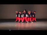 Танцевальный коллектив зажигает классное танцевальное шоу.